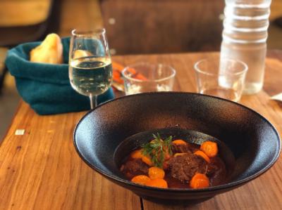 Un mijoté de porc avec ses carotte dans son assiette